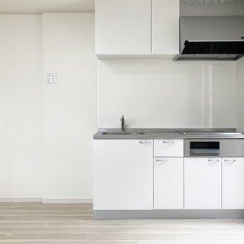 リビングへ戻ってキッチン。左のスペースには冷蔵庫やレンジが置けます。