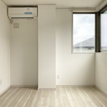 L字窓が印象的なお部屋。