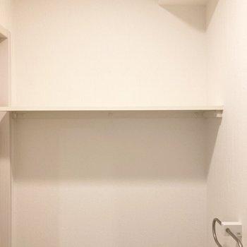上にはオープン棚。