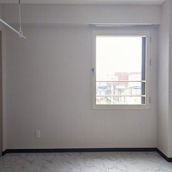 【洋室】窓は西向きです。午後が明るそうです。
