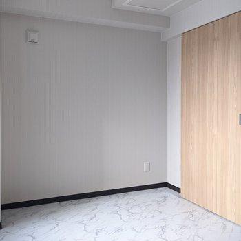 【洋室】約5帖の広さです。寝室として丁度いいですね。