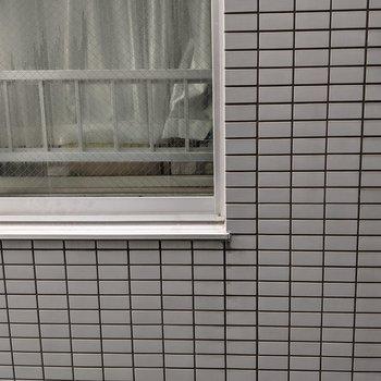 【LDK】正面は隣の建物なので、カーテンが必要そうです。