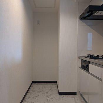【LDK】奥に冷蔵庫を置くスペースがあります。