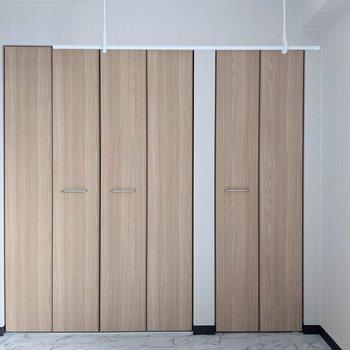 【洋室】2箇所にクローゼットがあります。