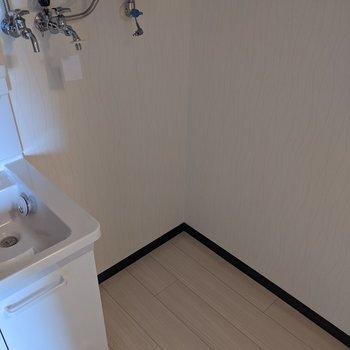 洗面台のとなりに洗濯機置き場があります。