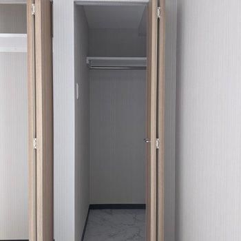 【洋室】ウォークインクローゼットなので、大きな家具など入ります。
