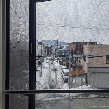 【洋室】滑り出し窓です。正面は圧迫感はありません。