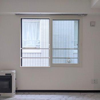 【LDK】窓は北向き。窓を開いて空気の入れ替えをしましょう。