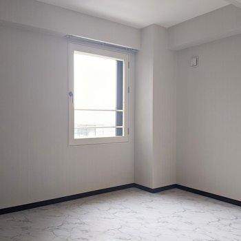 【洋室】白基調で落ち着きがあります。