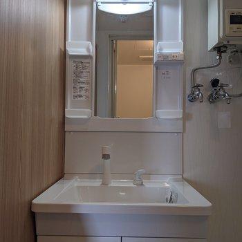 独立式洗面台なので、身支度がしやすいです。