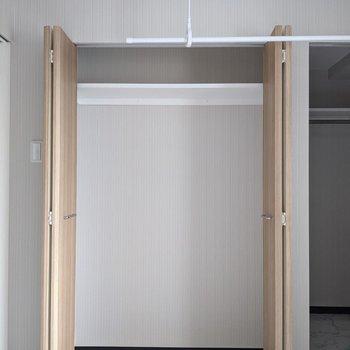 【洋室】突っ張り棒を掛けて、衣類を収納することもできます。