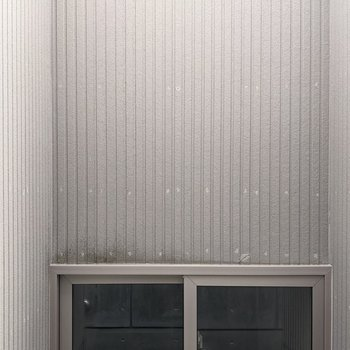 【LDK】窓の外は隣の建物が近くにあります。