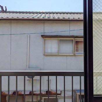 目の前はお隣さん。カーテンは事前に用意しておきたいですね。