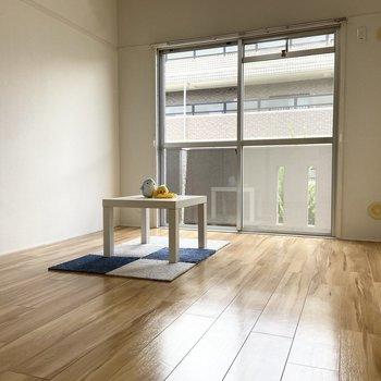 【洋室2】こちらは玄関から近い方の洋室。※家具はサンプルです