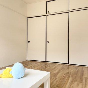 【洋室2】約6帖です。書斎などにどうぞ。※家具はサンプルです