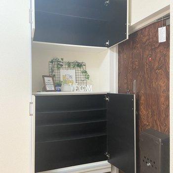 シューズボックスも大容量。1段に4足ほど入りそうでした。※家具はサンプルです