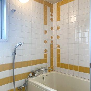 まあなんてチャーミングなお風呂!オレンジ色が映えています。