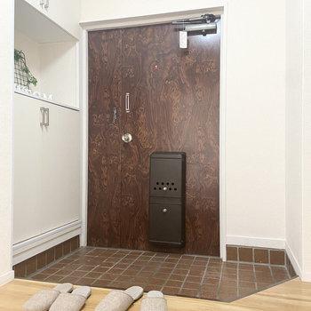 みんなで一斉に帰ってきても、窮屈にならない広さの玄関。※家具はサンプルです
