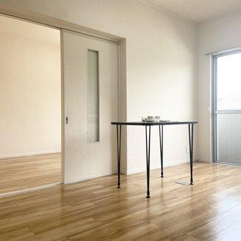 【LDK】約10帖と広々。※家具はサンプルです