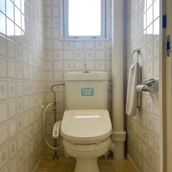 お花のタイルが可愛らしいトイレ。※家具はサンプルです