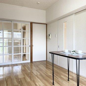 【LDK】扉が透けていると開放感がありますね。※家具はサンプルです