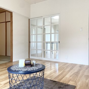 【洋室1】こちらの洋室は約8帖。※家具はサンプルです