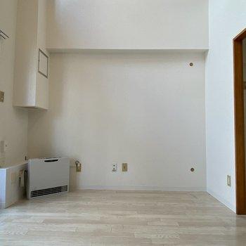 【洋室(間取り図6F)】テレビはこちらに置けそうです。