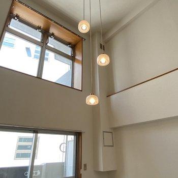 【洋室(間取り図6F)】高い天井に、大きな窓が2つあり開放感◎