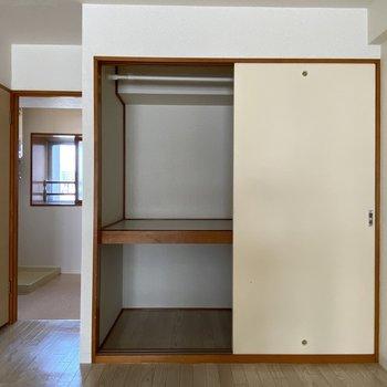 【洋室(間取り図7F)】ハンガーもかけれるのでお洋服の整理に便利です。