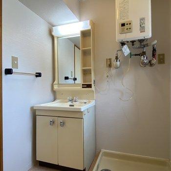 洗面台もシンプルで良いですね。隣には洗濯機を置けそうです。
