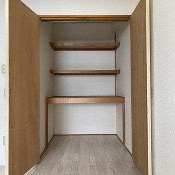 【洋室(間取り図6F)】収納は4段に分かれていて、使用頻度別に収納できそうです。