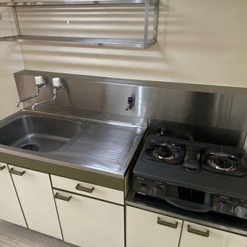【キッチン】調理場に2口コンロがあり、自炊も捗りそうですね。