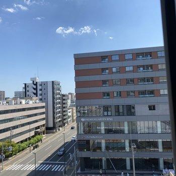 サニタリーの窓からの眺望です。空が大きく見えますよ。