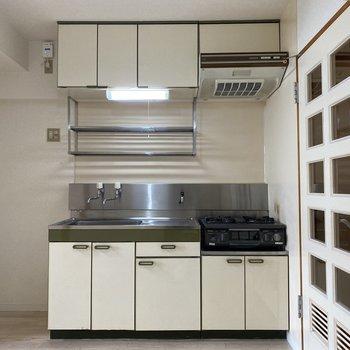 【キッチン】キッチンはホワイトのシンプルなタイプ。