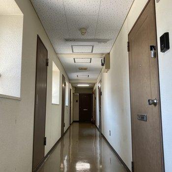 廊下は日が入って明るく、安心感がありますよ。