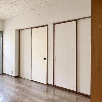 反対には似た扉が並びます。開けると・・・