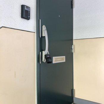 こっくりカラーの玄関。モニターフォン付き。
