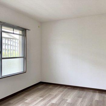 洋室は6帖の広さ。窓から光も入ります。