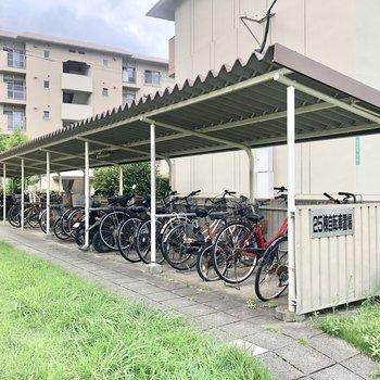 棟ごとに自転車置き場ありますよ。ちゃんと屋根付き!