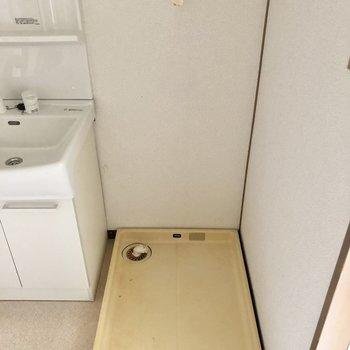 隣に洗濯機置き場です。