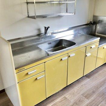 黄色の可愛いキッチン。収納力しっかりです。