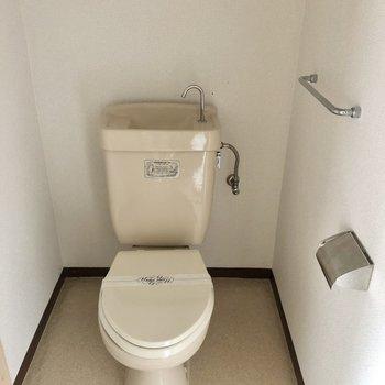 まず手前の扉はトイレ。シンプルです。