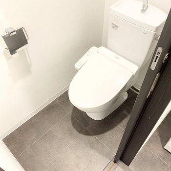 トイレは温水洗浄便座。圧迫感も感じなさそう。