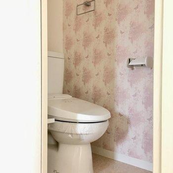トイレはウォシュレット付き。ピンクのかわいらしい壁紙!(※写真は8階の同間取り別部屋のものです)