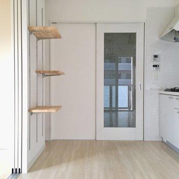 キッチンに立つと後ろから視線を感じちゃいそうです。(※写真は8階の同間取り別部屋のものです)