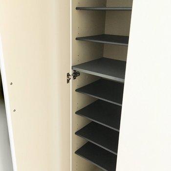 シューズボックスは1段1足ずつ。(※写真は8階の同間取り別部屋のものです)
