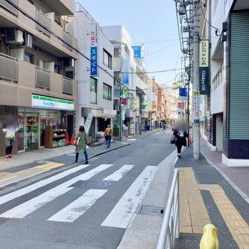 駅前にはスーパーなどもあります。