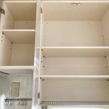 上に棚があるので調味料などをしまえますよ。