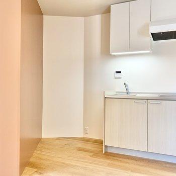 こちらはキッチン。横には冷蔵庫置き場が確保されています。 ※写真は前回募集時のものです