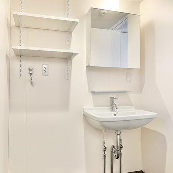 鏡が大きくてスタイリングが楽々に。横には洗濯機置き場があります。 ※写真は前回募集時のものです